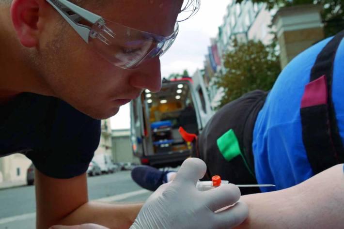 Der 55-jährige Rollerfahrer wurde in Frauenfeld leicht verletzt und musste mit dem Rettungsdienst ins Spital gebracht werden (Symbolbild)