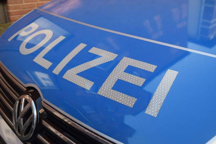 In Freiburg ist ein junger Mann auf einen Polizeibeamten losgegangen.