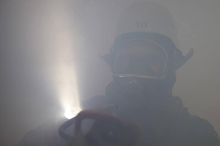 In der brandbetroffenen Wohnung war eine 13-Jährige aus Osnabrück von Flammen und Rauch eingeschlossen worden, die Feuerwehr rettete das Mädchen (Symbolbild)