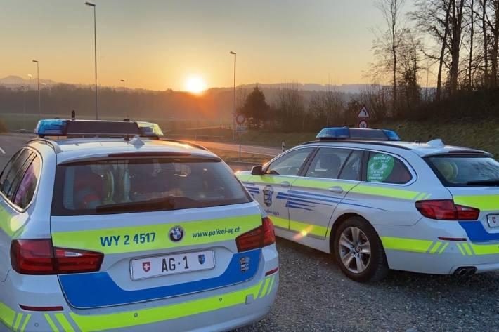 In Teugfenthal AG blieb am Montag ein Traktor zwischen Bahnschranken stecken.
