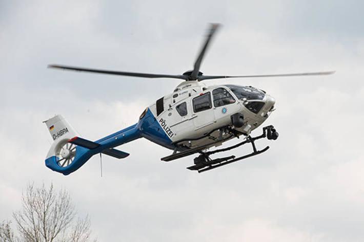 Im Rahmen der eingeleiteten Fahndungsmaßnahmen war in Eggenstein-Leopoldshafen auch ein Polizeihubschrauber im Einsatz (Symbolbild)