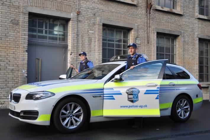 Die Polizei sucht nach zwei Tätern und einem Kondukteur.