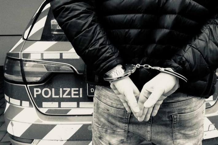 Die Polizisten konnten den Mann nach mehrfacher Aufforderung dazu bewegen, seine Wohnung zu verlassen, wo er anschließend in Erlangen festgenommen wurde (Symbolbild)
