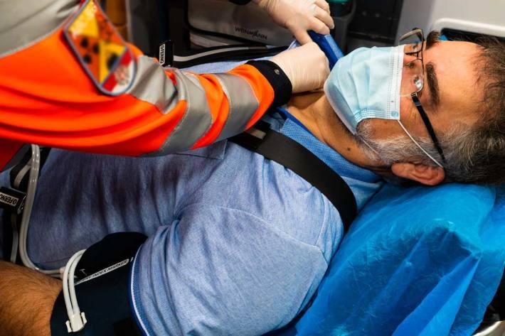 Der Landwirt wurde mit der Rettung ins Klinikum Rohrbach eingeliefert (Symbolbild)