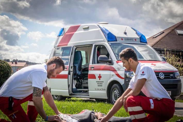 Nach medizinischer Erstversorgung wurden die beiden Jugendlichen in das LKH Salzburg zur weiteren Behandlung überstellt (Symbolbild)