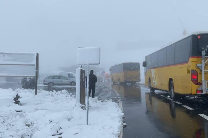 Schwierige Strassenverhältnisse wegen dem Schnee am Sonntag oberhalb von 1000 Meter über Meer zu erwarten.