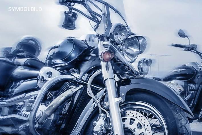 Der Motorradfahrer kollidierte in Thannhausen mit dem Anhänger des 51-Jährigen (Symbolbild)