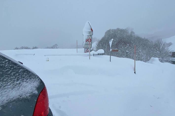 Wegen Schneefalls sind diverse Strassenabschnitte im Kanton Uri gesperrt. (Symbolbild)