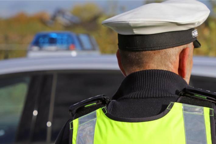 Davongefahren und Polizeibeamten in Filderstadt verletzt (Symbolbild)