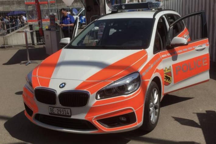 Junge Velofahrerin stürzt in Bern nachdem sie von einem Auto überholt wurde.