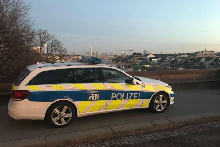 In Basel brannte es gestern neben einem Bahnübergang. Zwei Kinder werden als Täter vermutet.