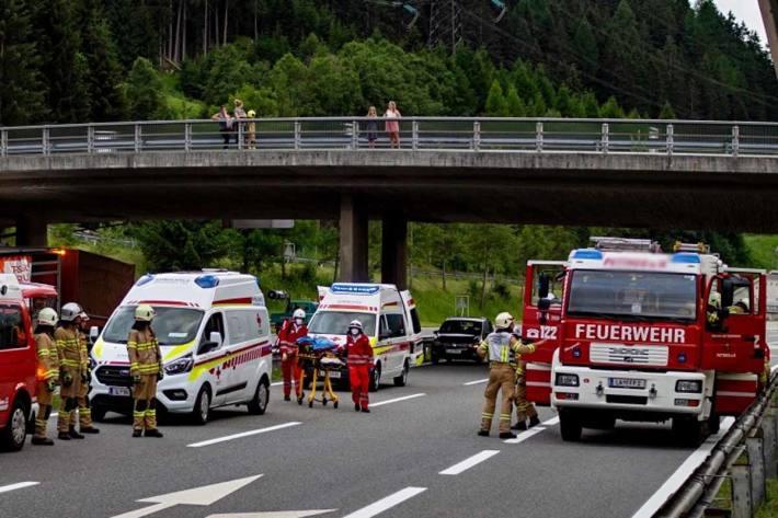 Unfall zwischen Sattelzug und PKW auf der Innkreisautobahn (Symbolbild)