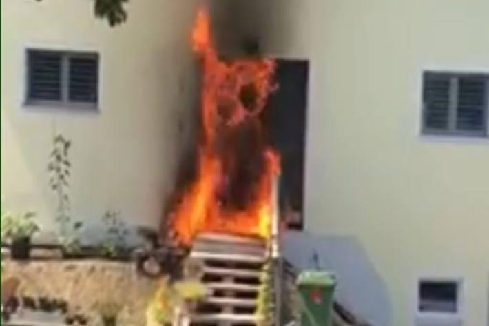 Gestern brannte in Menziken AG ein Hauseingang lichterloh.
