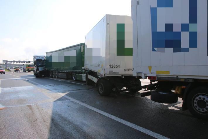 In Zürich kam es heute auf der A1 zu einem Unfall mit mehreren Sattelschleppern.