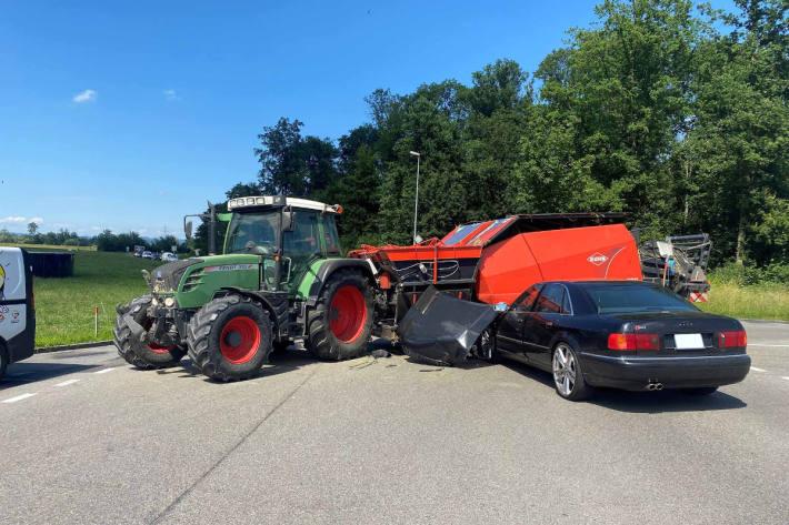 Kollision zwischen Traktor und Auto