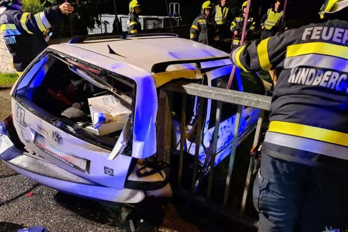 Das Fahrzeug wurde im Heckbereich mit dem Brückengeländer verkeilt