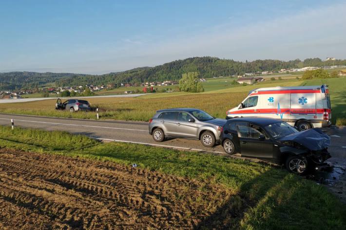 Heftiger Crash mit drei Fahrzeugen.