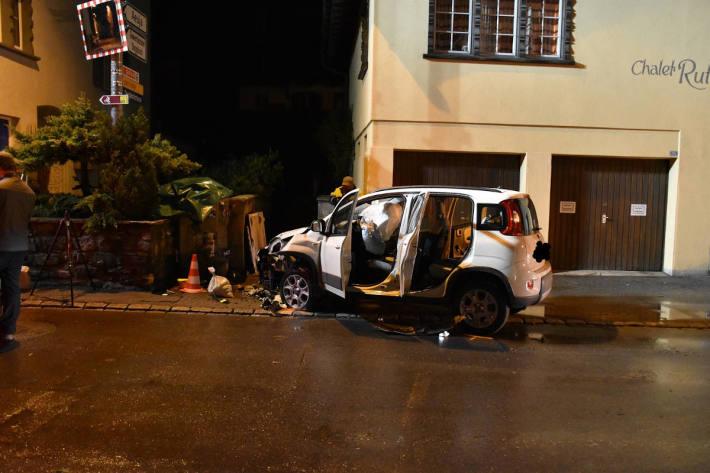 Personenwagen kollidierte mit Wasserhydrant und Stromverteilkasten in Klosters