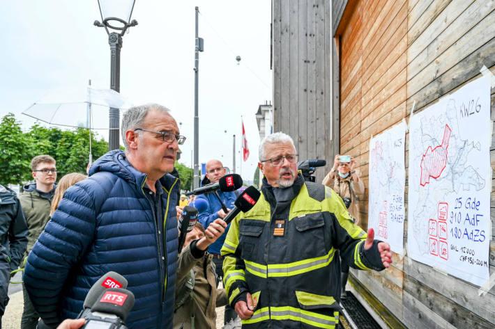 Feuerwehrinspektor Vinzenz Graf erläutert Bundespräsident Guy Parmelin die Situation in der Stadt Luzern.