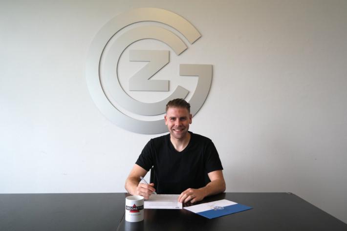 Yoric Ravet unterschreibt bei GC einen Leihvertrag.