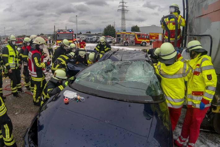 In Dortmund wurde eine 19-jährige Frau in ihrem Auto eingeklemmt und schwer verletzt