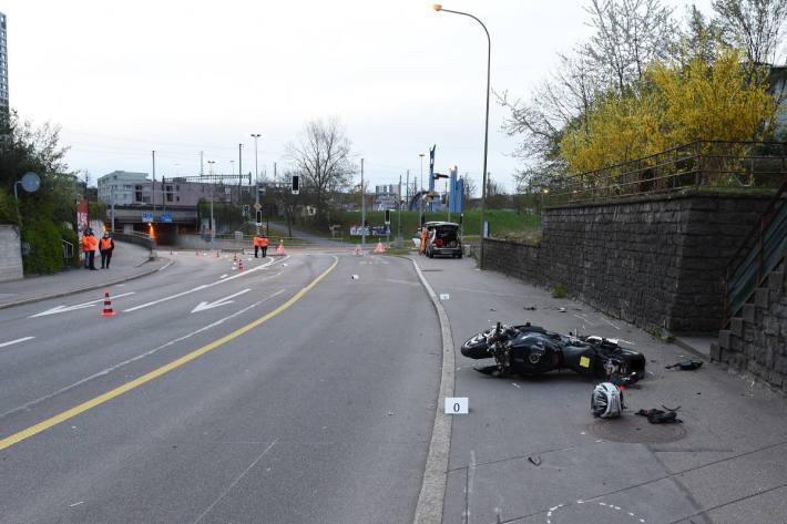 Motorradlenker verletzt sich bei Selbstunfall in Dietikon