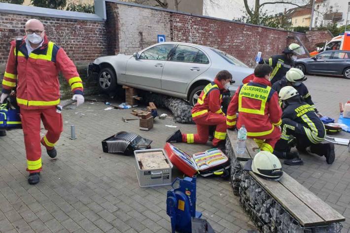 Schwerer Verkehrsunfall mit vier zum Teil Schwerverletzten auf Parkplatz in Mülheim-Speldorf