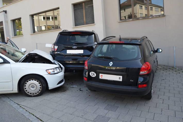 Lenkerin kracht in parkiertes Fahrzeug