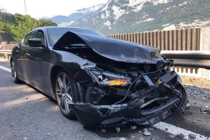 Zerstörtes Unfallfahrzeug bei Mühlehorn