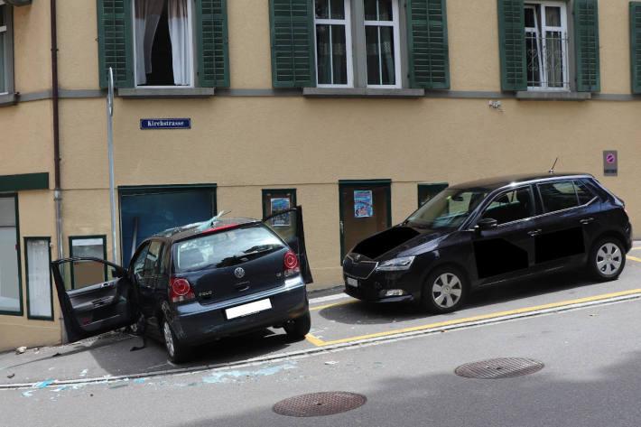 Autofahrerin kollidiert mit Hauswand in Horgen und verletzt sich schwer