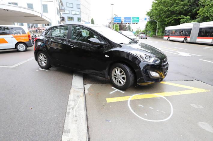 Unfallfahrzeug nach der Kollsion mit einem E-Bike auf der Zürcherstrasse in St.Gallen gestern Mittag