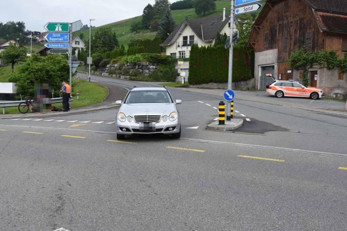 Kollision zwischen Velo und Auto in Uznach
