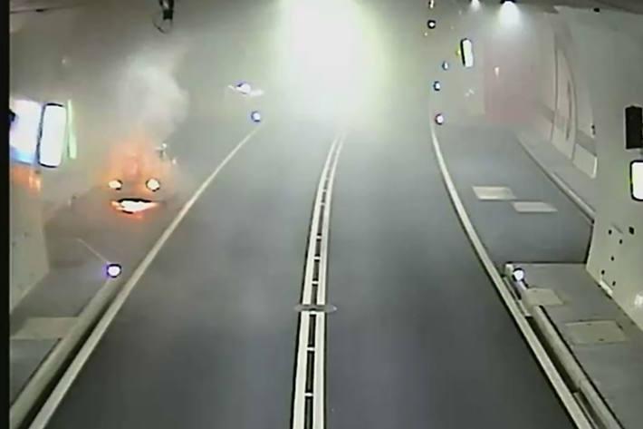 Ein Auto brannte im Tunnel.