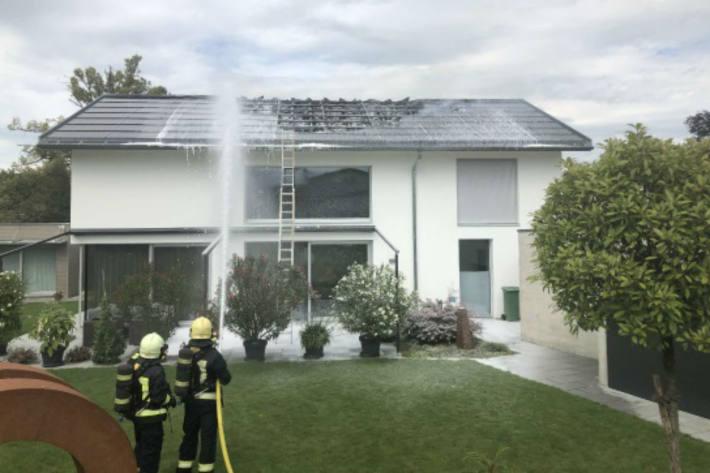 Brand des Hausdaches - Ursache wird ermittelt.