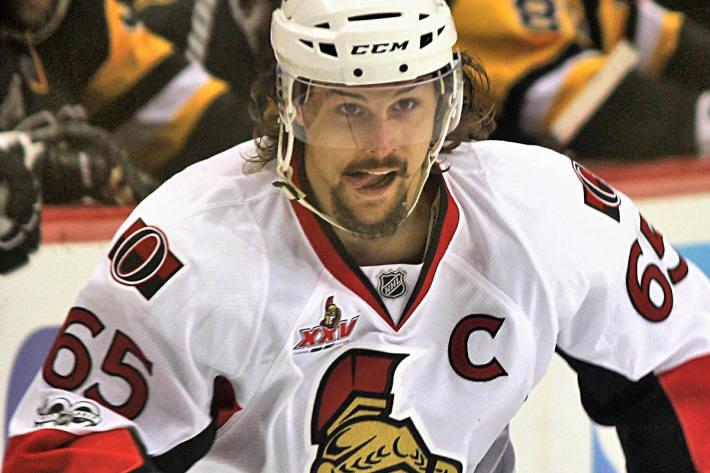 Karlsson wechselte im letzten Sommer von den Senators zu den Sharks.