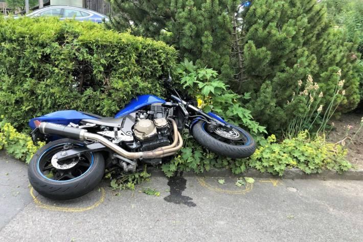 In Glarus hat sich gestern ein Motorradlenker nach einem Unfall am Kopf verletzt.