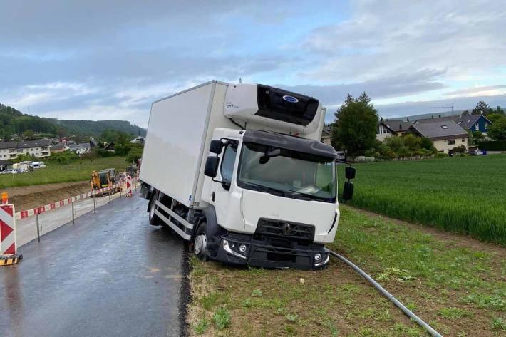 Lastwagenchauffeur verursacht Selbstunfall in Ettingen