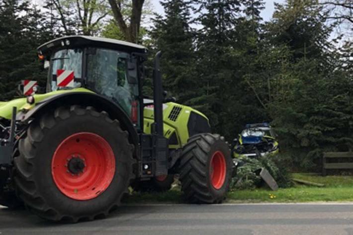 Der 24-jährige Fahrer des Traktors rammte den unbesetzten Streifenwagen etwa 40 Meter zurück durch einen Graben in ein Gebüsch