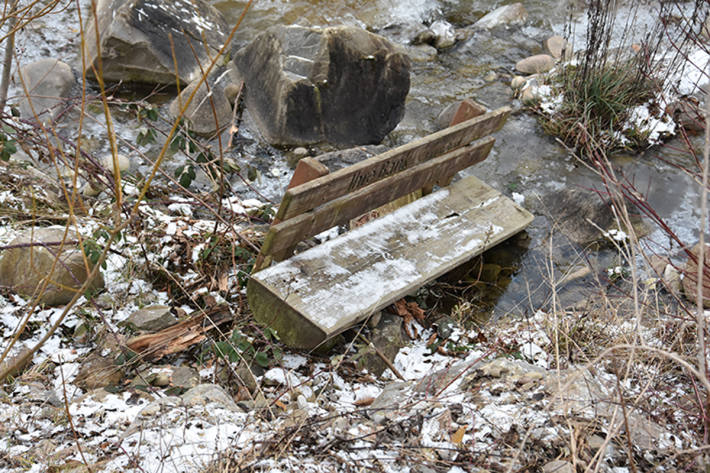 Es wurde unter anderem auch eine Informationstafel und eine Sitzbank in den Steinibach geworfen