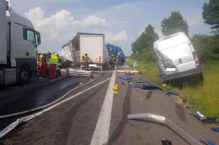 Den Gesamt-Sachschaden an den Fahrzeugen schätzt in Kirchheimbolanden die Polizei auf mindestens ca. 200.000 Euro