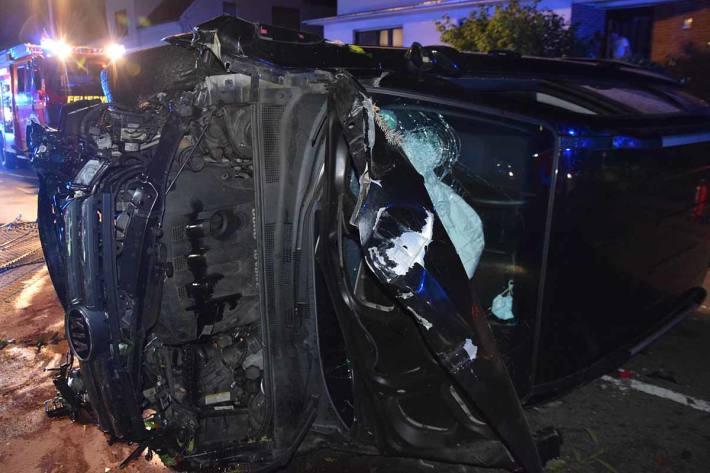 Durch die Wucht des Aufpralls wurden in Spenge das Auto und auch der Doppelstabmattenzaun völlig zerstört