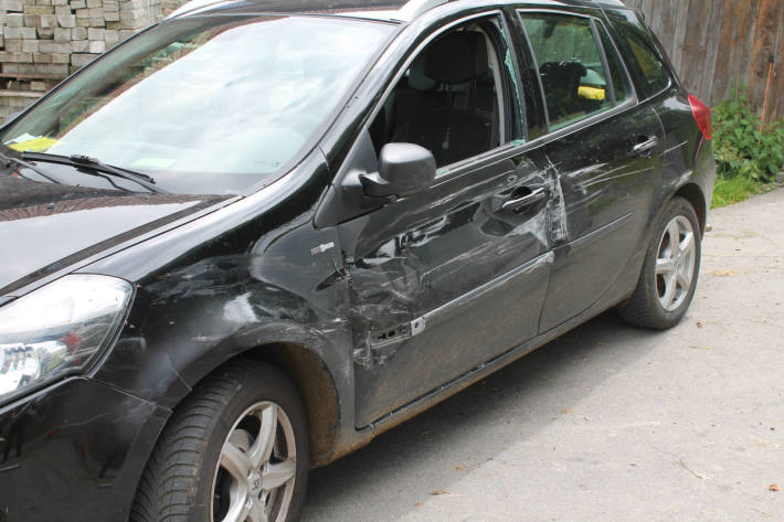 Unfallfahrzeug auf der Kaustrasse in Gonten AI