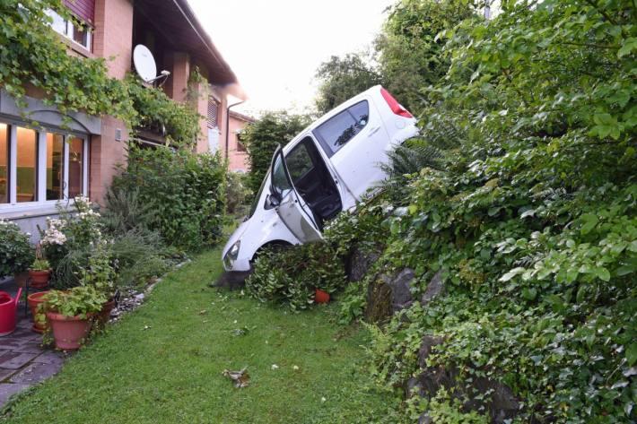 In Malters LU rollte heute ein Auto in einen Garten.