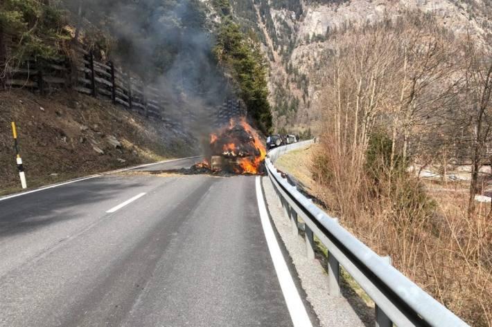 In Unterrealta GR brannte heute ein Anhänger komplett aus.