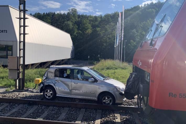 Beim Unfall in Langnau am Albis ZH konnten sich die Autoinsassen in Sicherheit bringen.