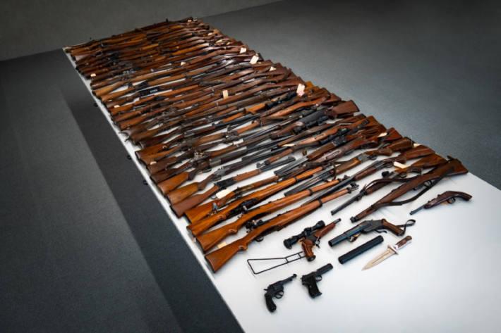 64-Jähriger hortet haufenweise illegale Waffen – Siebzig Waffen beschlagnahmt