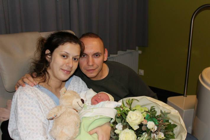 Die glücklichen Eltern Egzona und Roman Iseli mit ihrem Sohn Rick.