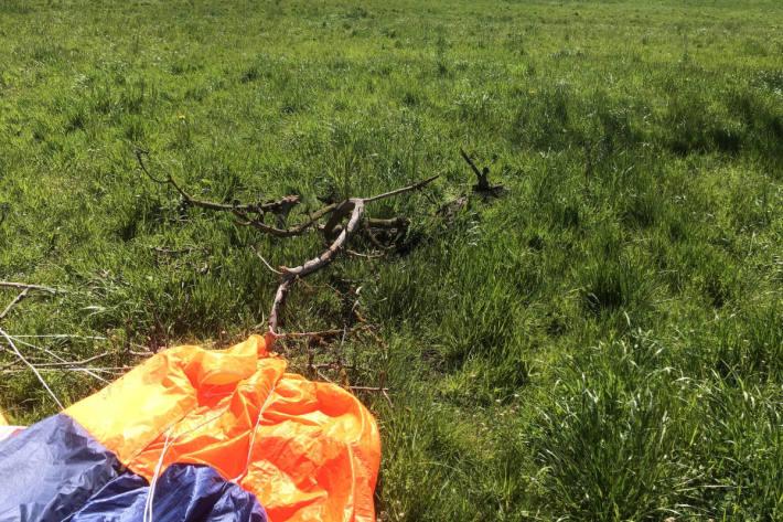 Mit Fallschirm gegen Baum geflogen in Muolen