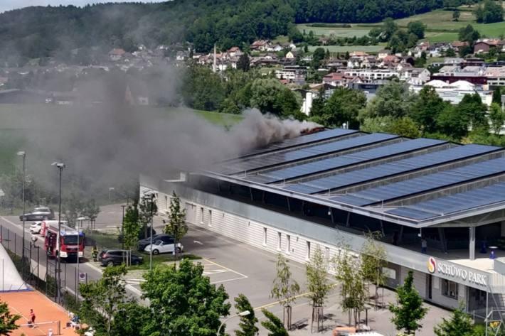 In Wohlen AG brannte das Dach der Eishalle.