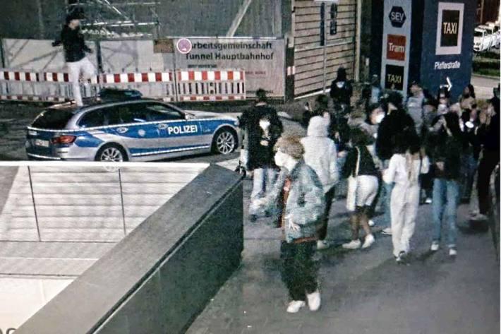 18-Jähriger verwechselt in München Motorhaube und Dach eines Polizei-Einsatzfahrzeuges mit Bühne und belustigt Gruppe mit Tanzeinlage